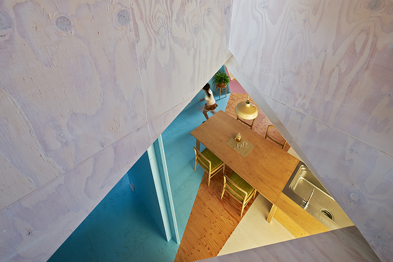Apartamento recortado Kochi Architects abajo