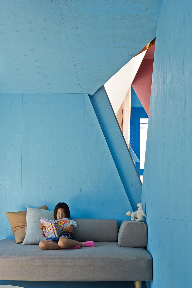 Apartamento recortado Kochi Architects rincón