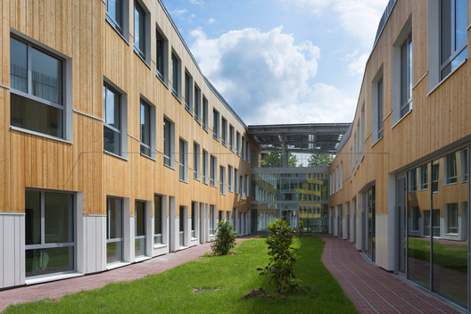 Colegio sostenible jardin interior