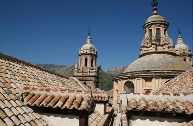 Fotografía: Cubiertas restauradas de la Catedral de Jaén donde se han instalado nidales para favorecer al cernícalo primilla. (F.J. Martín)