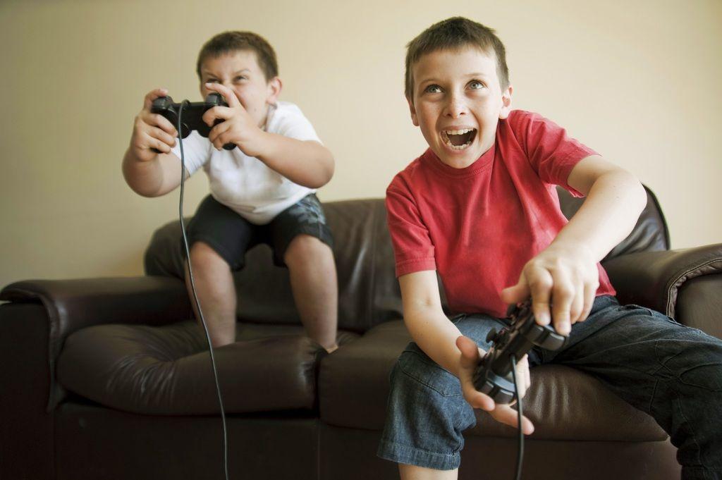 Niños jugando a la videoconsola