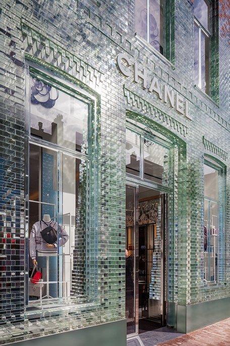 Fachada de ladrillos de cristal de tienda chanel en edificio histórico