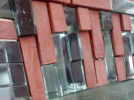 Detalle de fachada de ladrillos de vidrio tienda Chanel