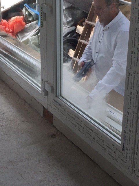Comrpobación de estanqueidad de ventana con generador de humo