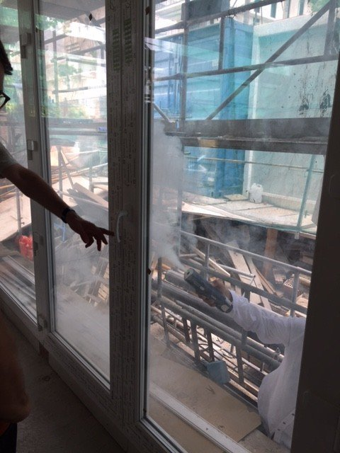 Comprobación de estanqueidad de ventana con generador de humo