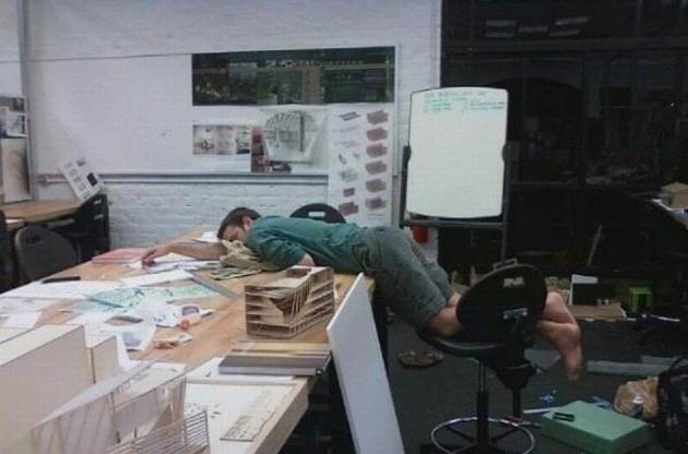 Arquitectos trabajando de noche por una entrega