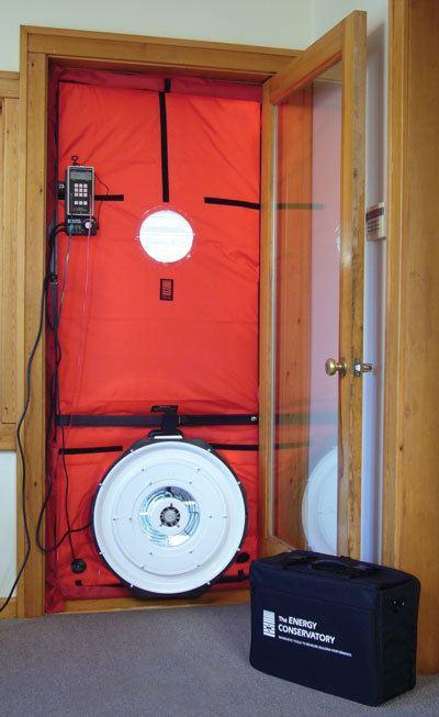 El ventilador instalado en la puerta apra el test de blower door