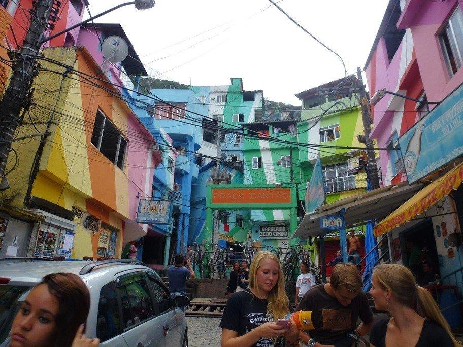 Pintura en fachadas de favela.