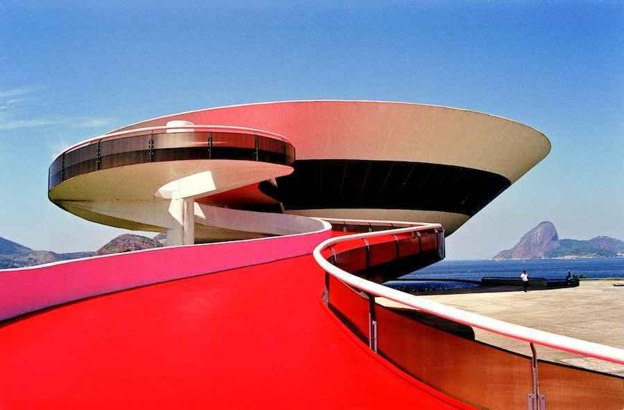 Rampa y fachad ddel museo con forma de ensaladera de Niemeyer.