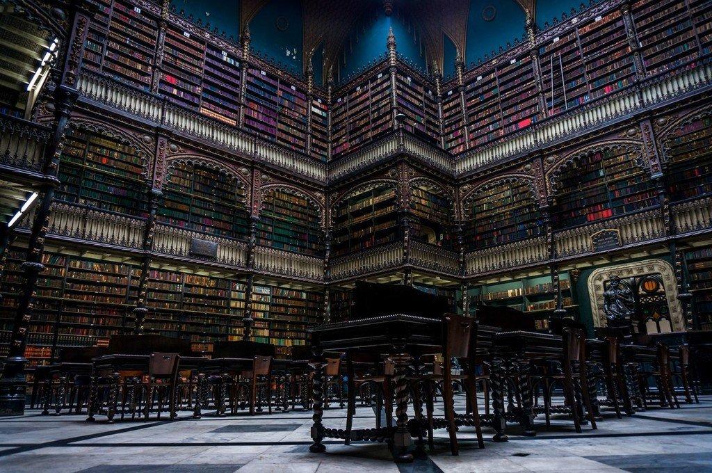 Interior de bibilioteca monumental.