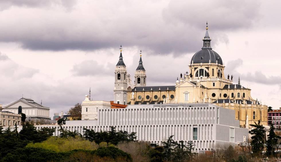 Imagen exterior del museo con el palacio real