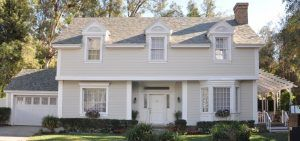 Imagen de una casa con tejas solares de Tesla