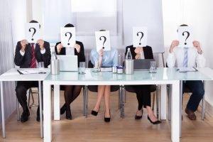 Jurado sentado con interrogaciones en la cabeza