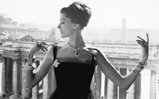 Imagen de mujer con joyas