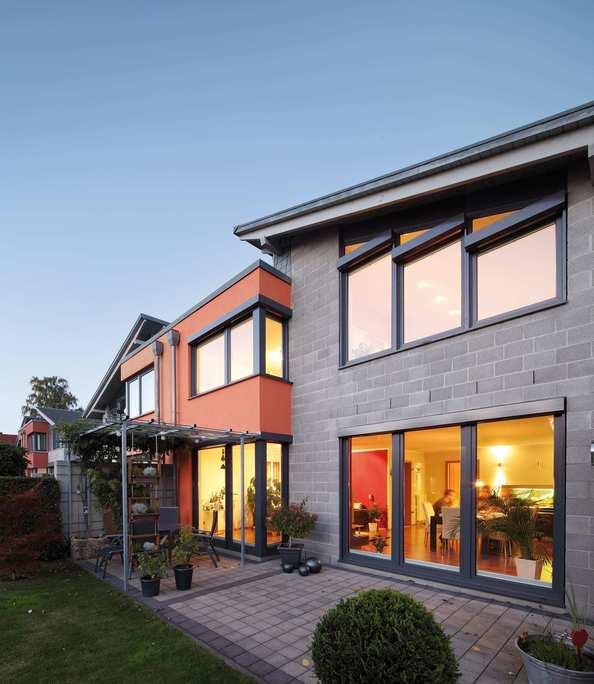 Edificio con ventanas con acabado de aluminio