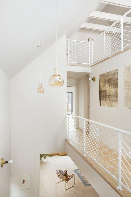 Atrio interior, todo pintado de blanco