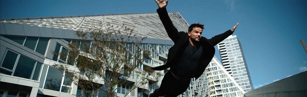 Bjarke Ingels saltando delante de una de sus obras.