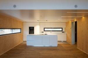 Imagende habitación en madera y blanco