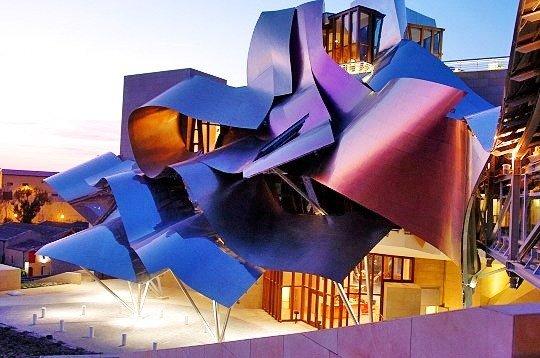 Imagen de la fachada de titanio de colores de la bodega