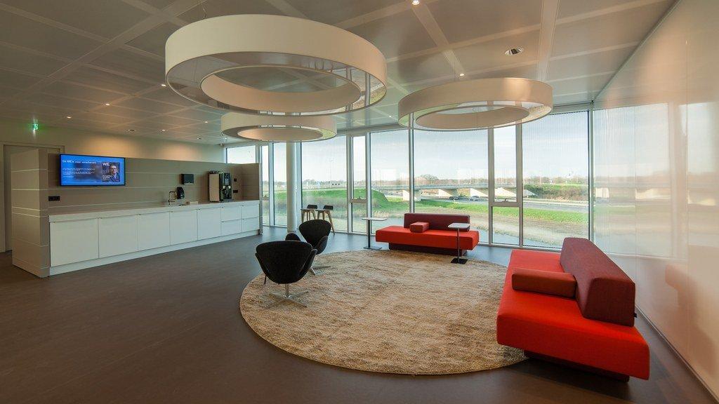 Lobby con mobiliario moderno