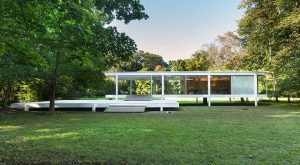 La vivienda blanca sobre la hierba
