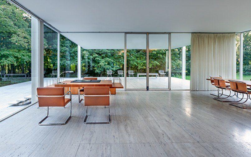El salón, con el mármol ddel suelo y el mobiliario
