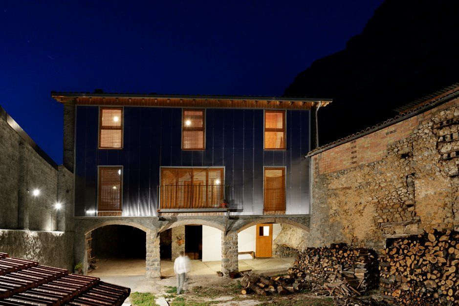 Imagen nocturna de la fachada