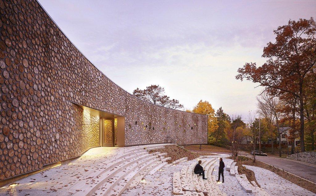 Imagen del edificio hecho con fábrica de troncos
