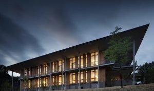 Edificio con ventanas verticales y un alero importante