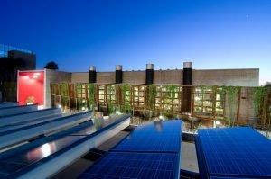 Edificio de vidrio con control solar y vegetación