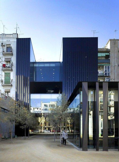Edificio de vidrio negro y lamas negras