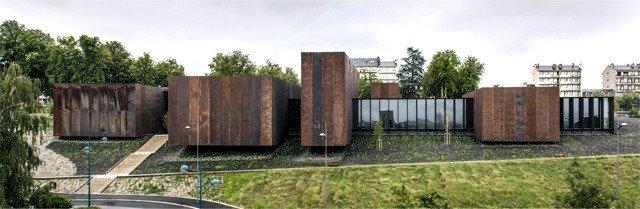 Imagen del edificio de ladrillo y vidrio