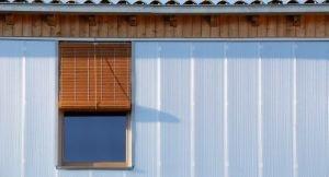 Detalle de la fachada de policarbonato con ventana