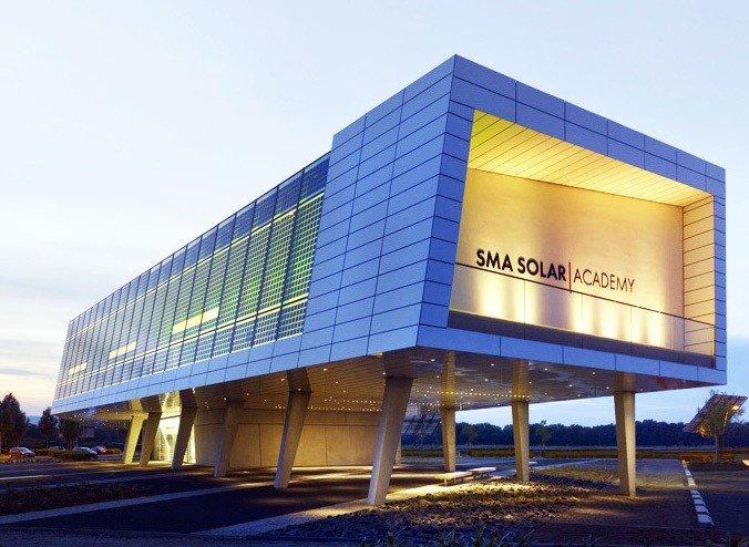 Imagen exterior de edificio con chapa metálica