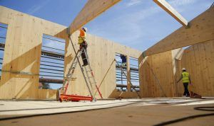 Obreros ensamblando paneles de madera