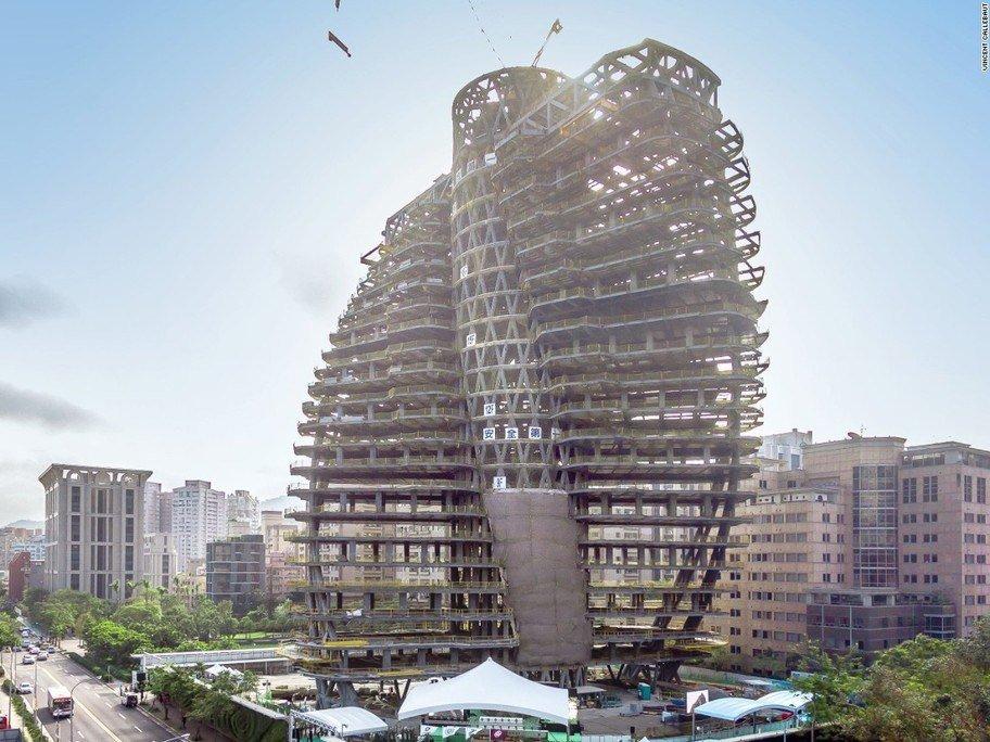 Imagen de la construcción del edificio con la estructura levantada