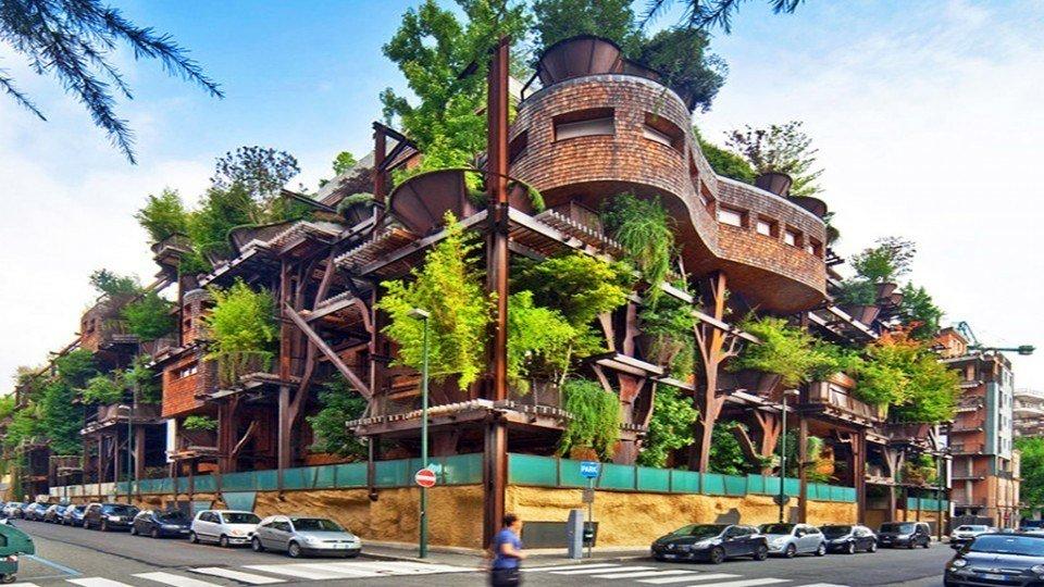 Imagende edificio con vegetación en la fachada