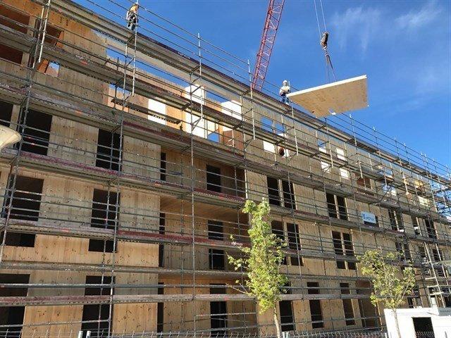 Edificio con andamios con 3 plantas ya levantadas