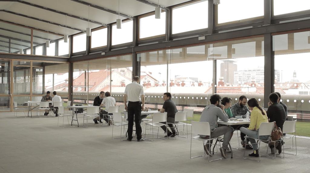 Equipos trabajando en grupos en mesas