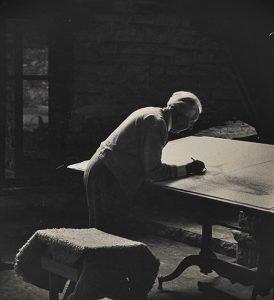 Frank Lloyd Wright dibujando