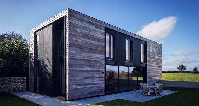 Imagen exterior de la vivienda en prisma de madera
