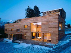 Vivienda revesstida de madera con grandes ventanas