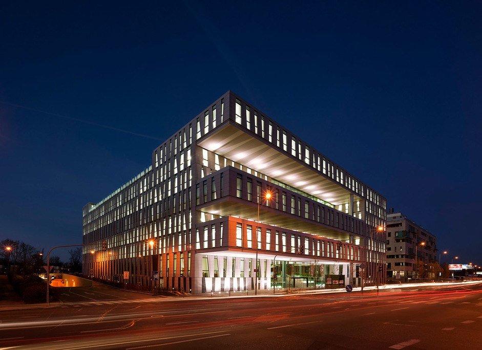 Edificiomoderno de oficinas con acabado metálico