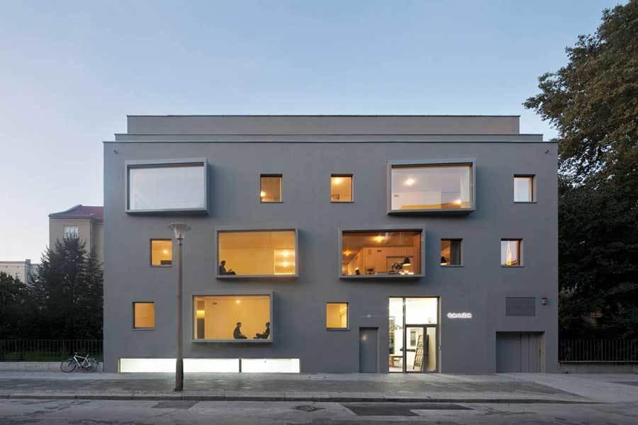 Edificio con miradores mdoernos de diferentes dimensiones