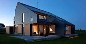 Vista exterior, de madera el cerramiento y pizarra la cubierta. Grandes ventanales.