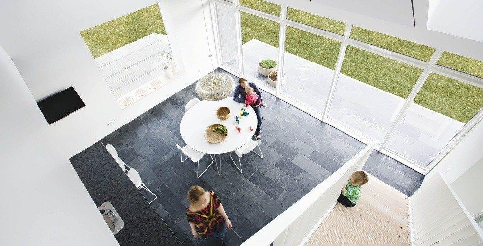 Vissta de la cocina, blanca al interior con muebles sencillos