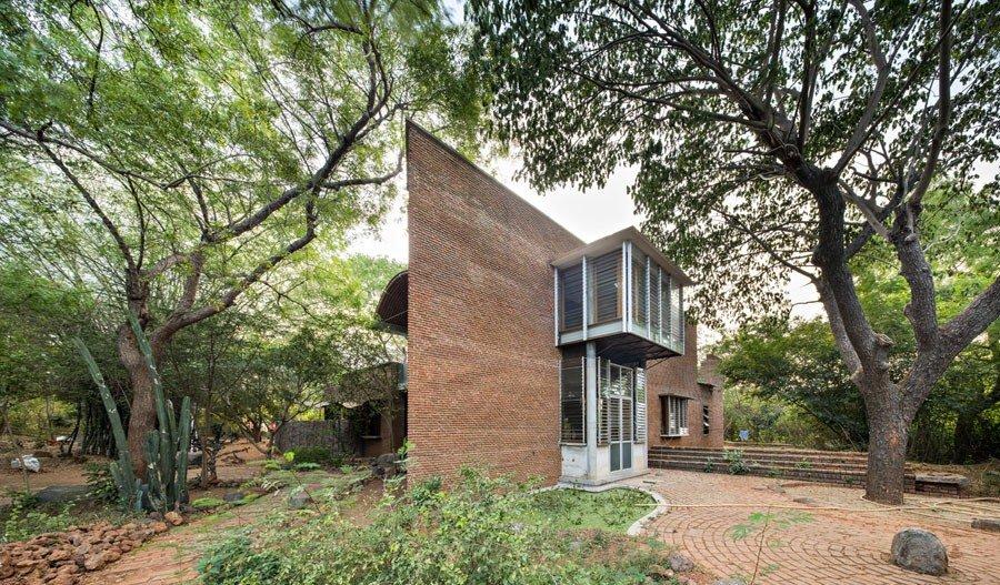 Imagen de edificio de ladrillo de planta triangular