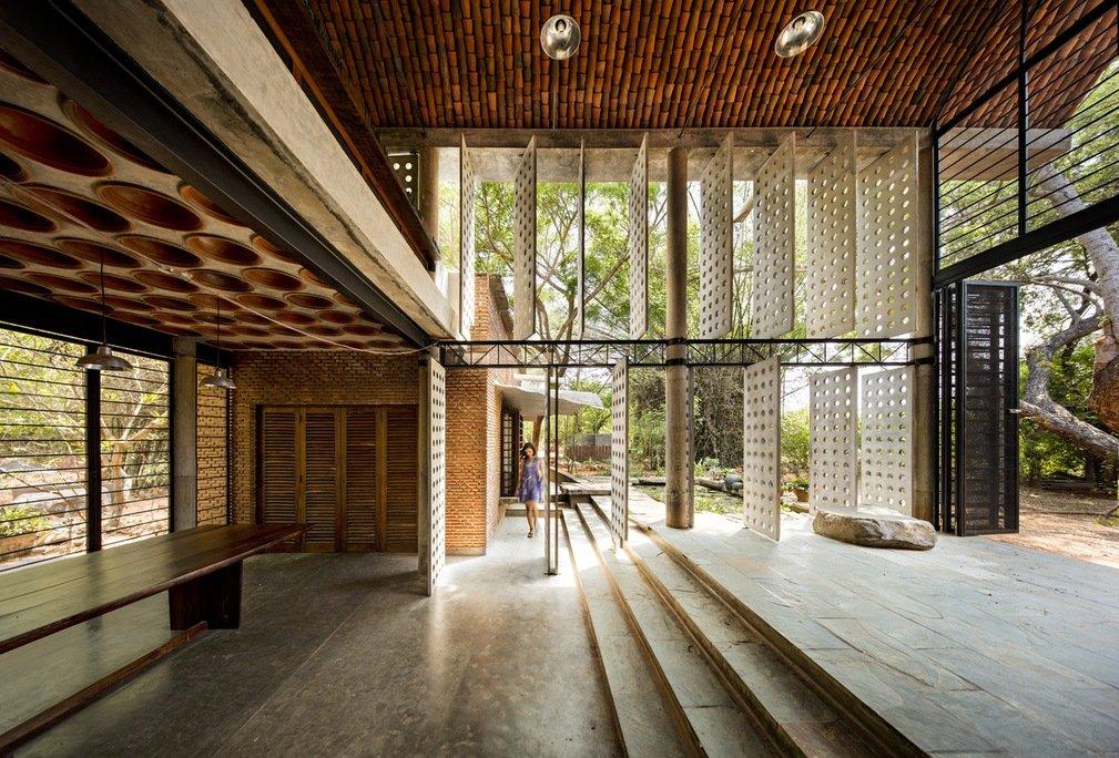 Imagen del interior de un edificio de ladrillo de Anupama Kundoo