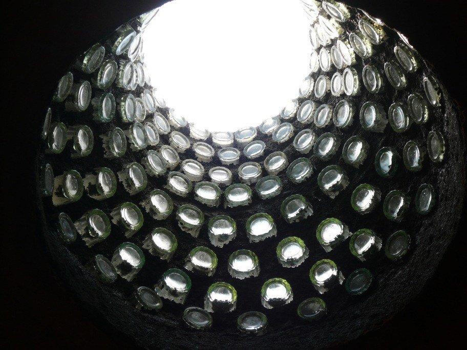 Interior de onstrucción con botellas y adobe