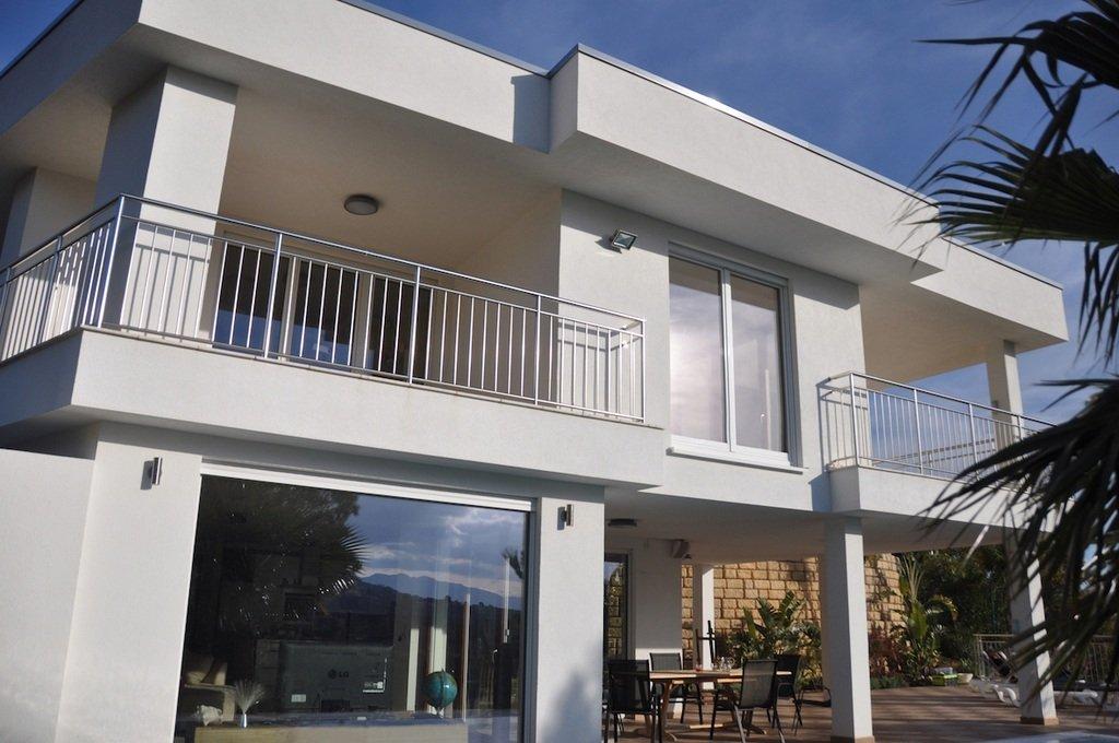 Imagen exterior de vivienda moderna pintada en blanco